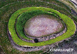 吴起县自然风光:环形绿带围住的一座多石山峁