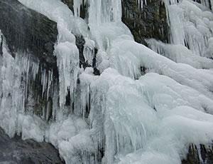 户县隆冬黑山瀑布冰柱