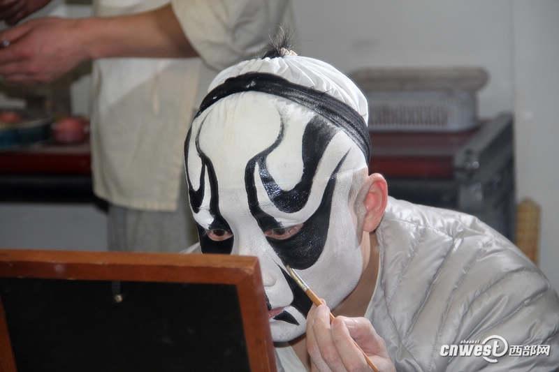 """武生张强《艳阳楼》主演在幕后化妆,他所画的脸谱是京剧中的""""三块瓦"""",是最难画的脸谱之一。"""