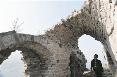 在崇山峻岭间的万里长城到了河北省宽城满族自治县与迁西县交界处的高清图片