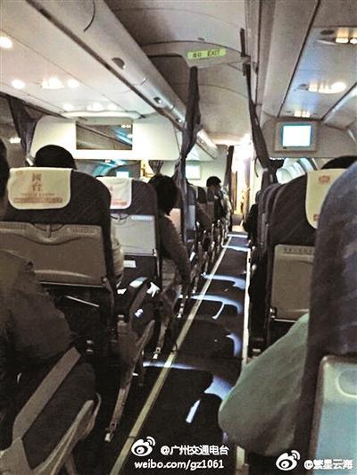珠海飞北京客机发动机冒烟备降 乘客吓哭(图)